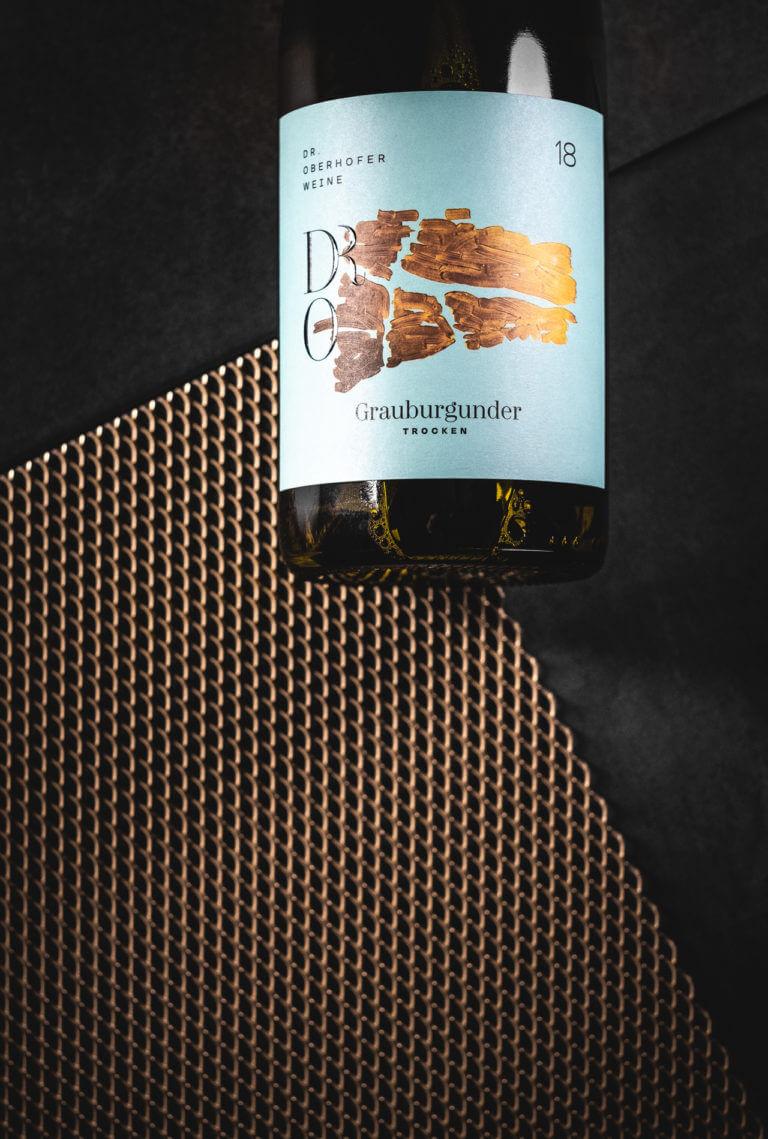 Weinflasche vom Weingut Dr. Oberhofer - Kirrweiler Pfalz - Design der Etiketten, Logo und Branding, Weinmarketing von der Designagentur Yummy Stories