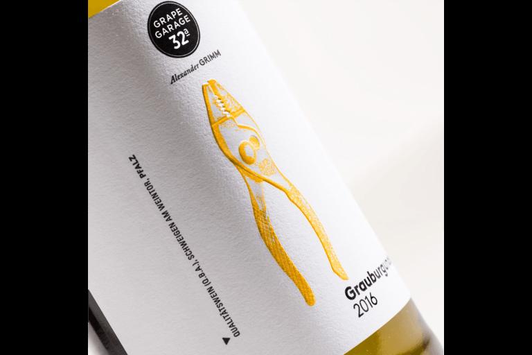 Weinflasche von Grape Garage 32a - Alexander Grimm Schweigen Pfalz - Design der Etiketten, Logo und Branding, Weinmarketing von der Designagentur Yummy Stories