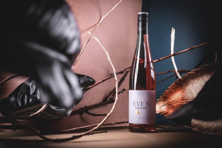 Weinflasche von Eve's Paradise by Eva-Maria Oberhofer - Weingut Dr. Oberhofer Kirrweiler Pfalz - Design der Etiketten, Logo und Branding, Weinmarketing von der Designagentur Yummy Stories