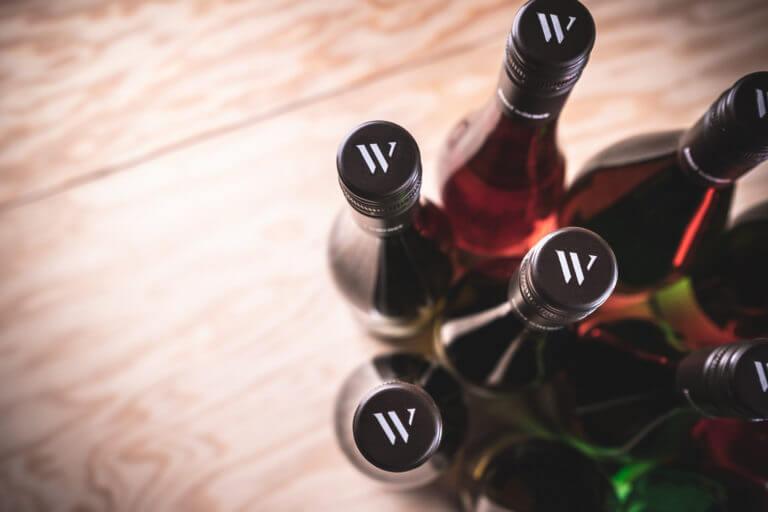 Weinflaschen vom Weingut aus Edesheim in der Pfalz - Design der Etiketten, Logo und Branding, Weinmarketing von der Designagentur Yummy Stories