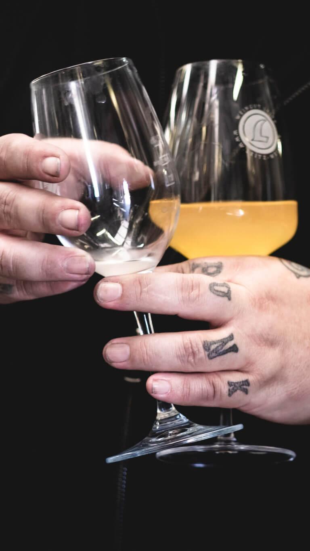 Winepunk Marco Zanetti mit Wein - Renos Weine vom Rhein Rüdesheim– Foto von Oliver Semik - Designagentur Yummy Stories