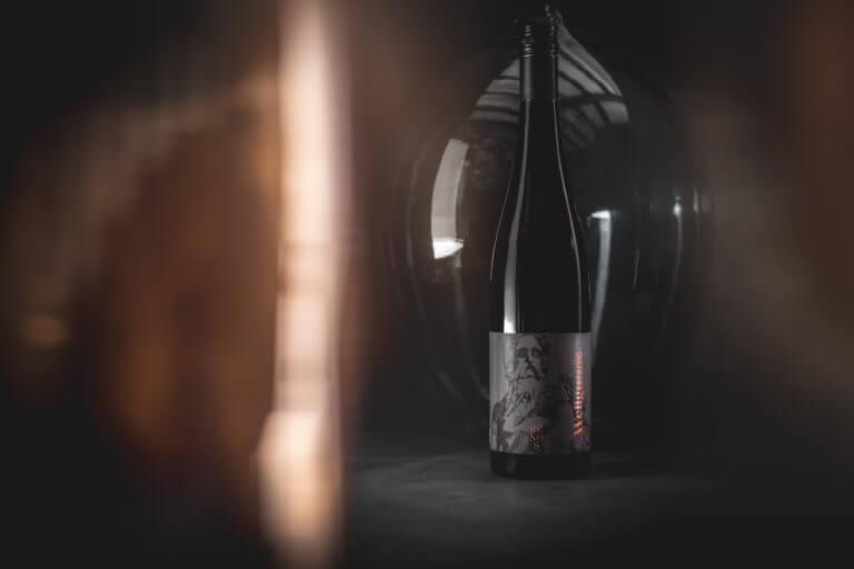 Weinflasche von Renos - Weingut Leitz und Winepunk Marco Zanetti - Design der Etiketten, Logo und Branding, Weinmarketing von der Designagentur Yummy Stories