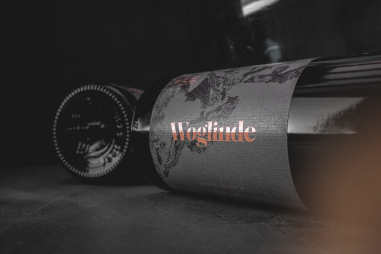 Weinflasche von Renos - Weingut Leitz und Winepunk Marco Zanetti, Rüdesheim - Design der Etiketten, Logo und Branding, Weinmarketing von der Designagentur Yummy Stories