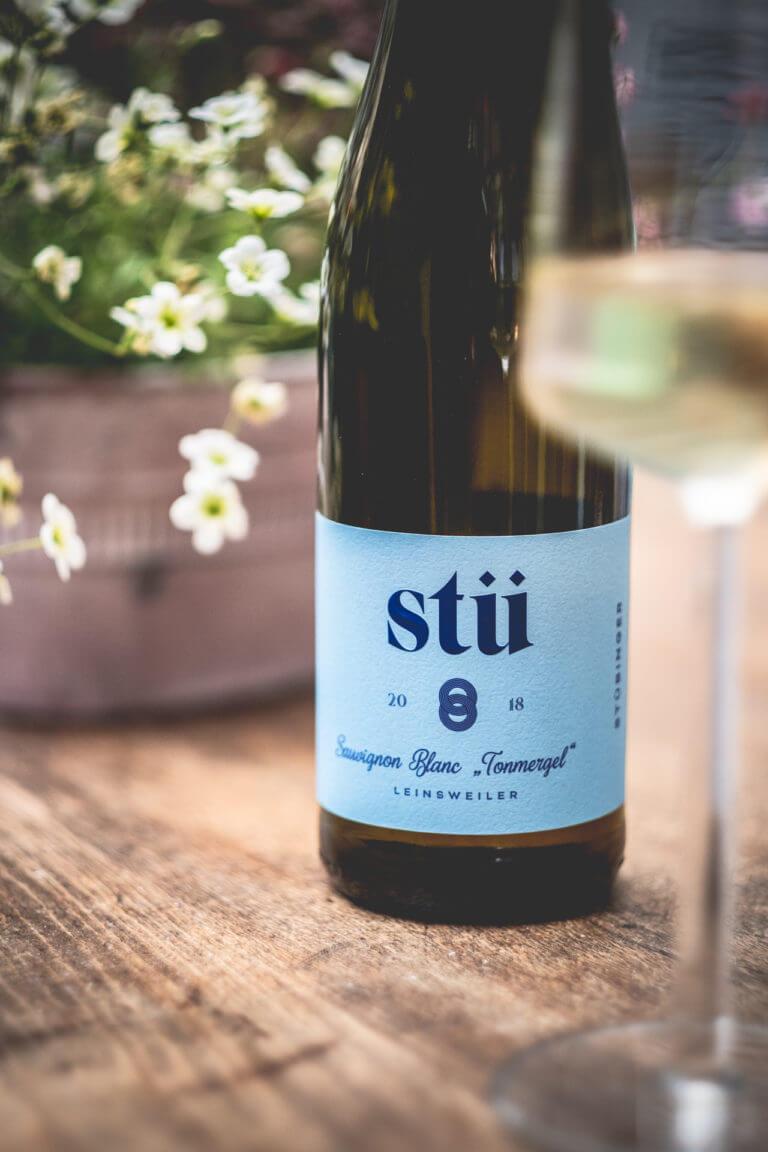 Weinflasche vom Weingut G. Stübinger - Leinsweiler Pfalz - Design der Etiketten, Logo und Branding, Weinmarketing von der Designagentur Yummy Stories