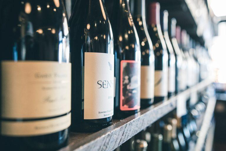 Junge Menschen trinken Wein und fühlen sich durch Weinmarketing angesprochen