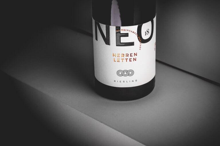 Weinetiketten Design für den Wein NEO vom Weincampus Neustadt von der Designagentur Yummy Stories aus Edesheim in der Pfalz