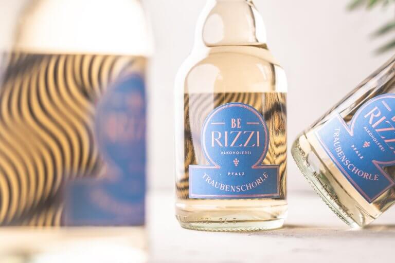 Packaging Design, Design der Etiketten für den alkoholfreien Secco und die Traubenschorle BE RIZZI vom Weingut J.J. Berizzi von der Designagentur Yummy Stories aus Edesheim in der Pfalz
